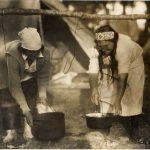 BAnQ P907,P43 - Amérindiennes à la cuisine